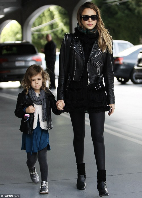 jessica alba- fashion- street style- all black - mom fashion